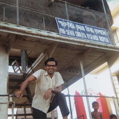 ১৯৬৮ সালে মতলবে নৌ এমবুলেন্সে ডা রহমান
