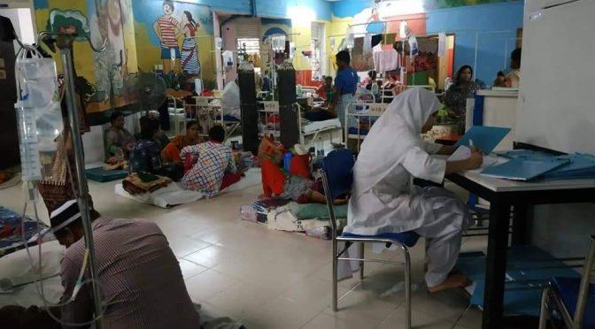 আদ-দ্বীন হাসপাতালে ডেঙ্গুর চিকিৎসায় অবিরাম পরিশ্রম করে চলছেন চিকিৎসকরা