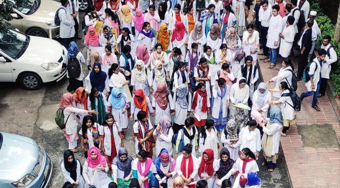 ২য় দিনের মতো শান্তিপূর্ণ আন্দোলনের ধারাবাহিকতায় শহীদ সোহরাওয়ার্দী মেডিকেল কলেজের শিক্ষার্থীরা।