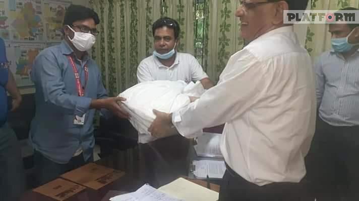 চাঁপাইনবাবগঞ্জে টেলিভিশন কর্মীদের PPE দিলেন সিভিল সার্জন