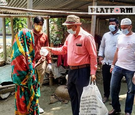 করোনা পরিস্থিতিতে মানিকগঞ্জে দরিদ্রদের পাশে ডা. লুৎফর রহমান